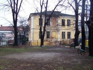 Една историческа сграда - първата поща в града, бавно си отива пред очите на всички